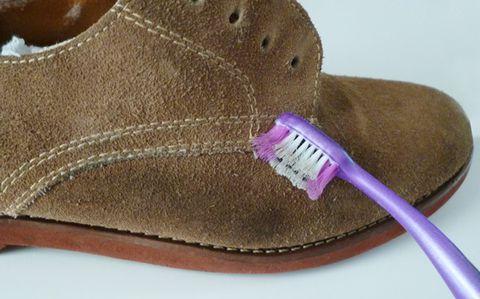 Xử lý bề mặt giày da nam bằng bàn chải đánh răng
